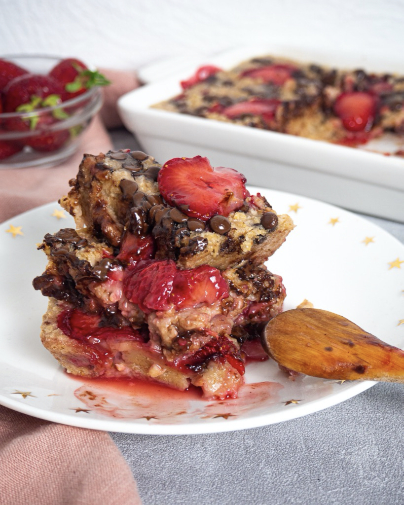 Baked Oatmeal with Strawberries and Chocolate
