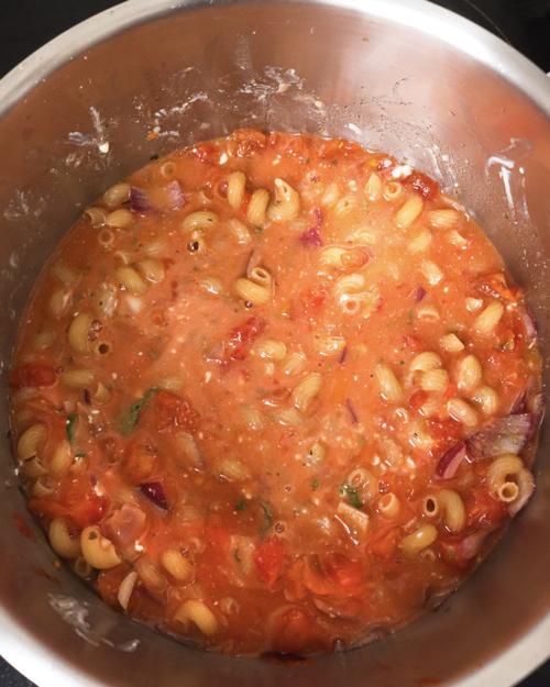 Nudeln mit cremiger Tomatensoße im Topf